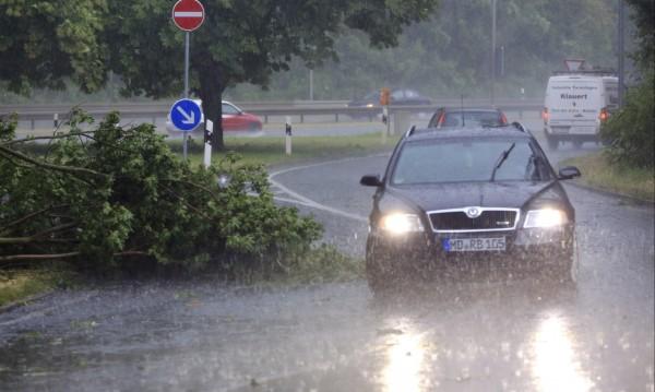 Бури в Германия: Две жертви и транспортен хаос