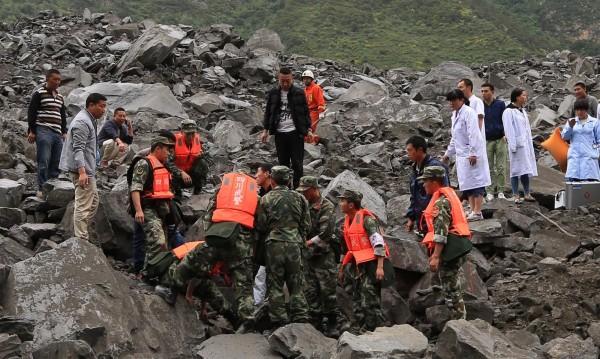 Свлачище затрупа около 100 души в китайската провинция Съчуан