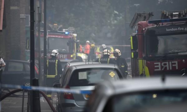 Огнен ад в Лондон? 72 пожарникари се борят със стихията