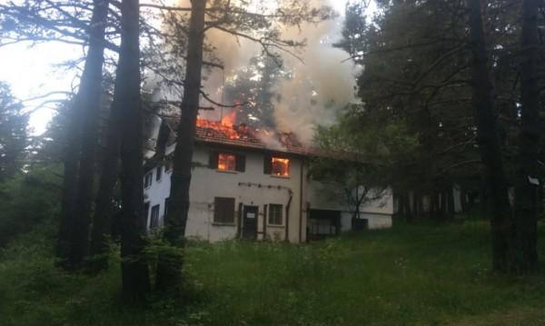 Пожар унищожи най-старата хижа в курорта Паничище