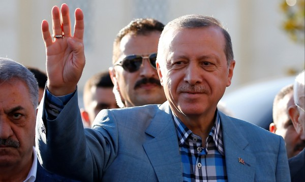 На Рамазан байрам: Реджеп Ердоган припадна в джамия