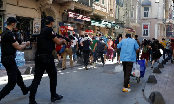 Полицията в Истанбул с гумени куршуми срещу гей парада