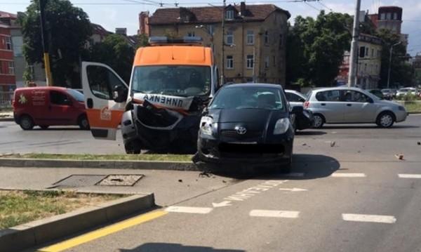 Линейка и пернишки автомобил се удариха в София