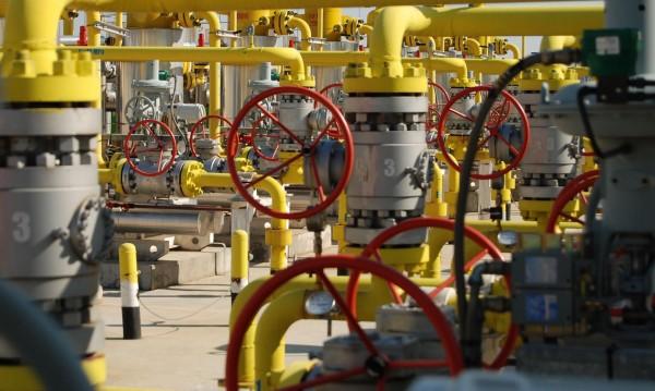 Петролът поевтинява, но още не смъква цената на газа