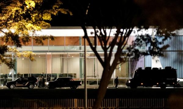 Кола се вряза в президентската резиденция в Бразилия