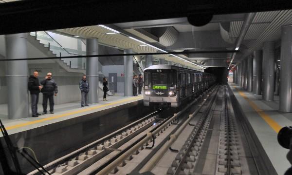 Роми със спецгривни точат безконтактни карти в метрото