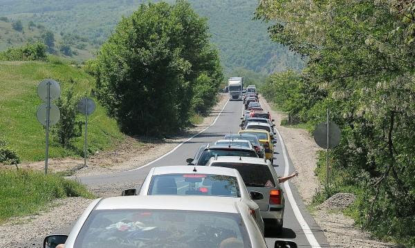 """Интензивен трафик по повечето КПП-та, 5 км е на """"Дунав мост"""""""