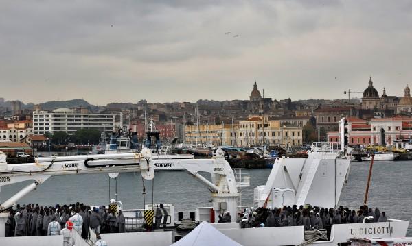 Италия иска да затваря пристанищата си за мигранти