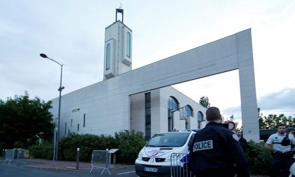 Мъж опита да се вреже с кола в хора пред джамия в Париж