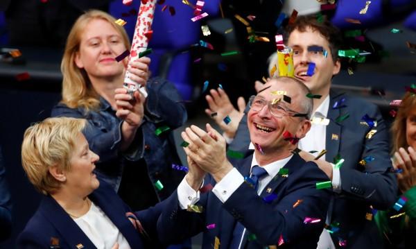 Левите в Германия узакониха еднополовите бракове