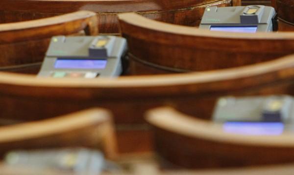 Гласуване с чужди пръсти в парламента! Бъг или практика?