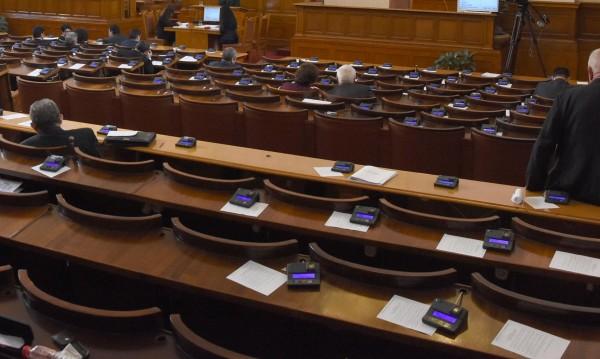 Започва проверка: Могат ли да гласуват депутати с чужди карти?