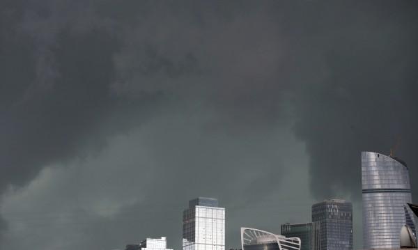 Най-силният ураган в Москва още бави полети