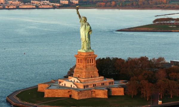 Статуята на свободата е зелена, защото…