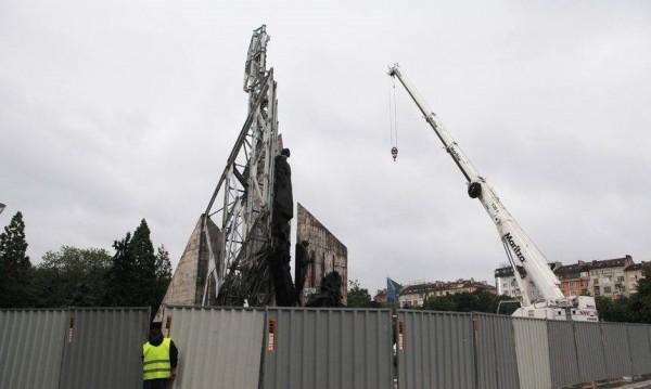 Понеделник, работници, оксижен: Паметникът пред НДК потегли към историята