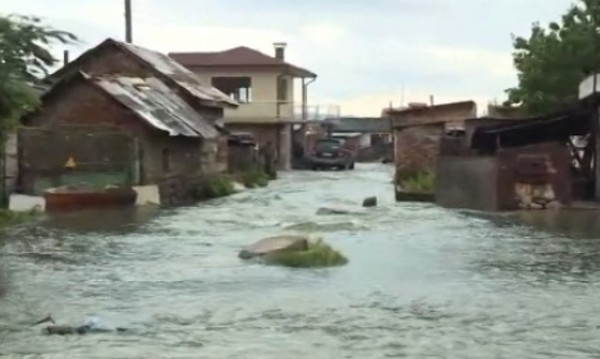 Наводнени къщи, детски градини. Бедствено положение в Самоков