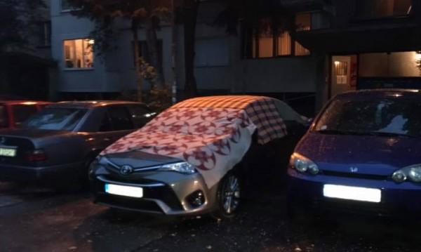 """Брезент, одеала, юргани: Хората """"застраховат"""" колите от бурите"""