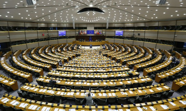 Юнкер се бунтува срещу празната пленарна зала на ЕП