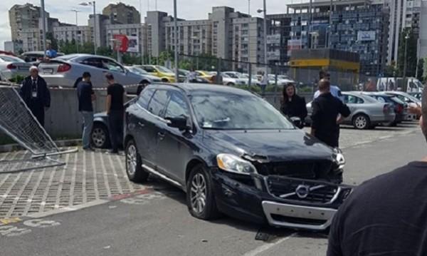 """Факир в паркирането: Кола """"полетя"""" от паркинг на мол"""