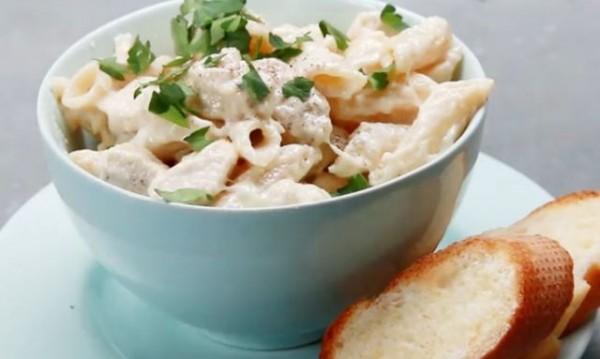 Рецептата Dnes: Чеснова паста с пиле, сметана и пармезан