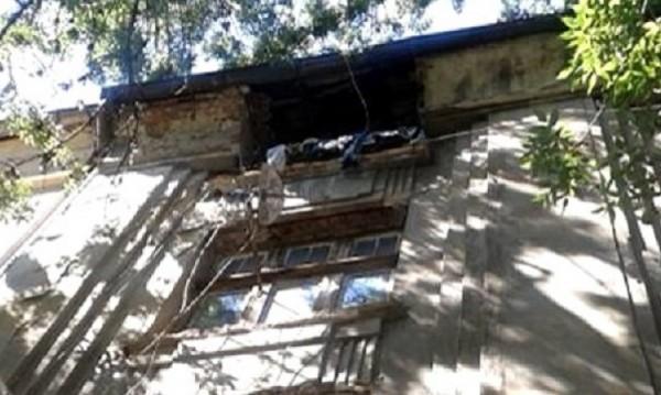 Част от покрив на сграда се срути в центъра на София