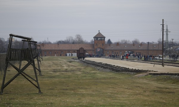 Въпреки забраната: US-конгресмен снима в Аушвиц, после се извини