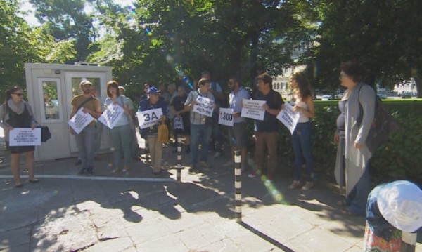 София днес: Паметникът заминава, а протестът си остава