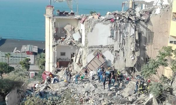 Пететажна жилищна сграда се срути в италиански град