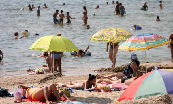 Край Обзор изникна частен плаж, дори е заграден