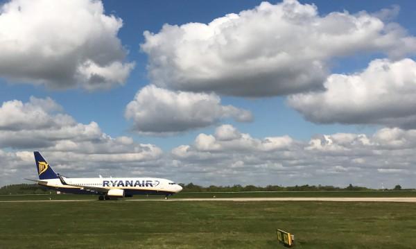 """Вече 5 часа: Пътници на Райънеър от Испания """"затворени"""" на Летище Варна"""