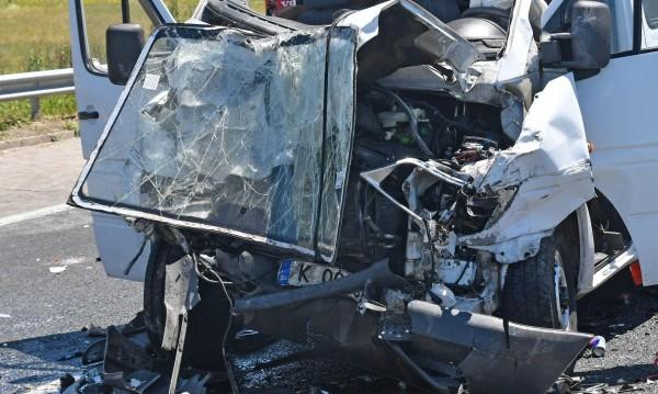 """Жена загина, а 6 души са ранени след катастрофа на """"Тракия"""""""