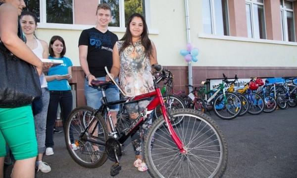 Доброволци ремонтират стари колела за бедни деца
