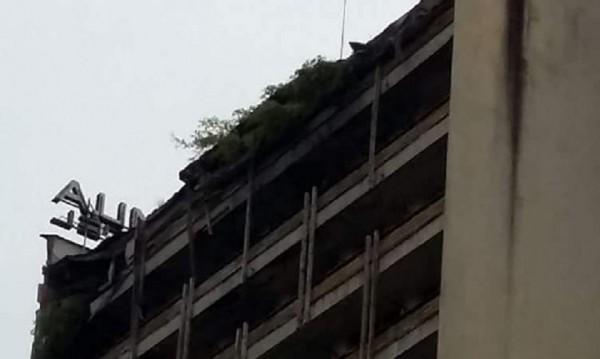 """Рухна покривът на хотел """"Соколица"""" в Смолян"""