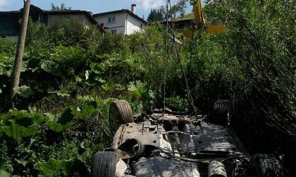 Кола излезе от пътя и падна по таван в река