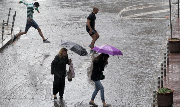 И понеделник ще е облачен, дъждовен и хладен