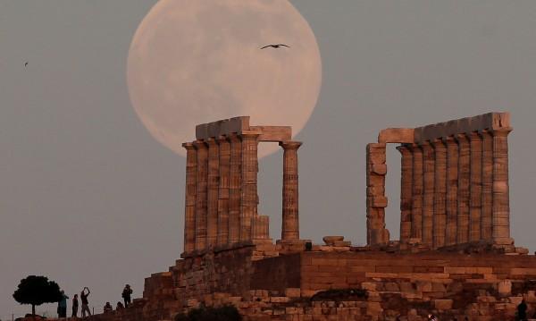Туризмът в Гърция цъфти, но работещите в сектора вехнат