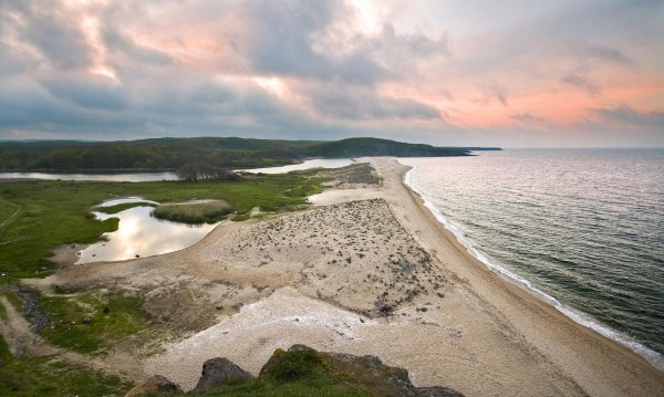 Почистват плажа в Синеморец, откриха мазут