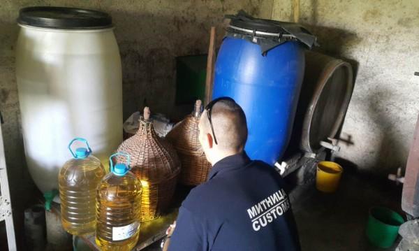 Митничари в мрежата – пипнаха 226 литра домашна ракия