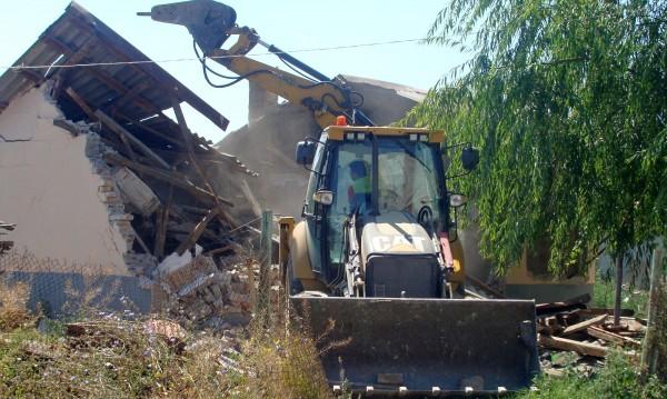 Бутнаха 16 незаконни ромски къщи в Асеновград