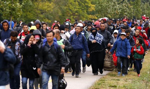 Стена пред хотел с мигранти във френско градче
