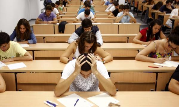 Тройка по милост, учене наизуст... 40% от учениците ни неграмотни