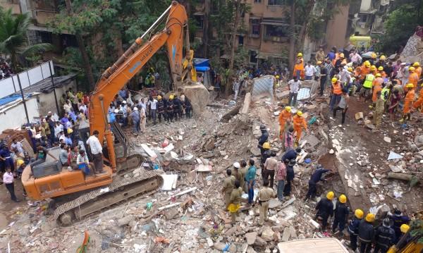 Пететажна сграда се срути в Мумбай, спасиха 11 души