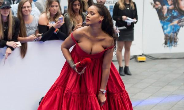 Риана – сексапил в дръзка червена рокля