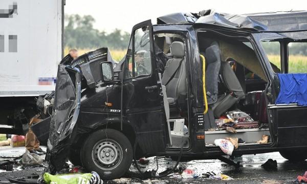 Жестока катастрофа с наш бус в Унгария, има жертви