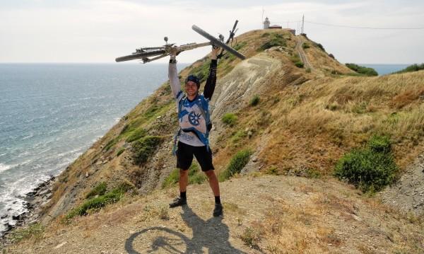За каузата: 600 км каране, носене и бутане на колело