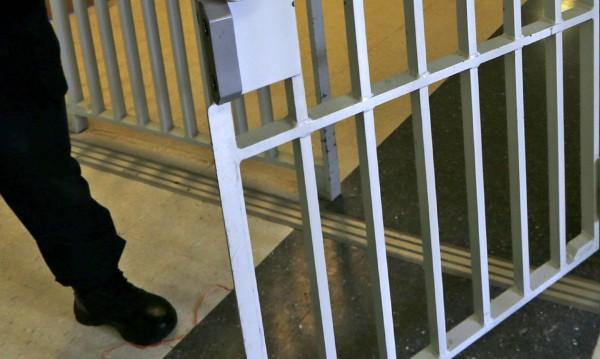 Затворници направиха бомба от сухо мляко в Кардиф