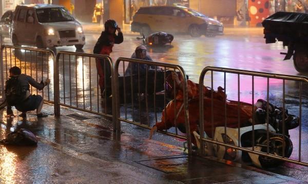 Тайфунът Несат донесе дъждове, които потопиха Тайван