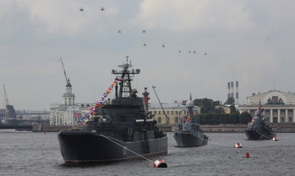Русия демонстира военноморска сила на голям парад