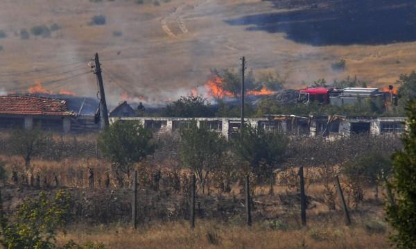 Огънят изпепели над 10 къщи и постройки в Изворище