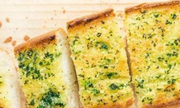 Рецептата Dnes: Печени франзели с билково масло и чесън